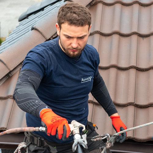 malowanie dachu przez alpinistÄ™